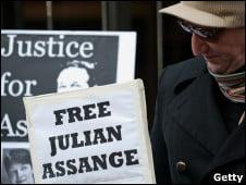 Michael Moore colabora con US$20.000 para la fianza de Assange
