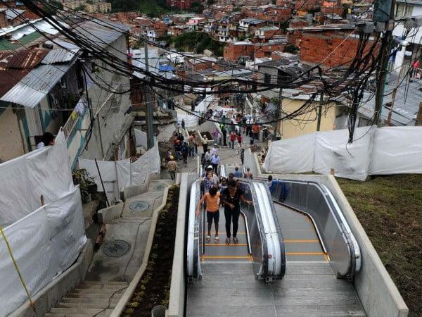 """Cobran """"peaje"""" en las escaleras mecánicas públicas de Medellín"""