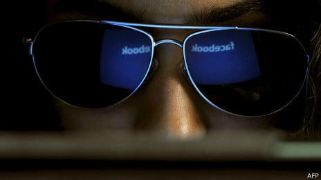 Por qué la gente espía a sus parejas por Facebook