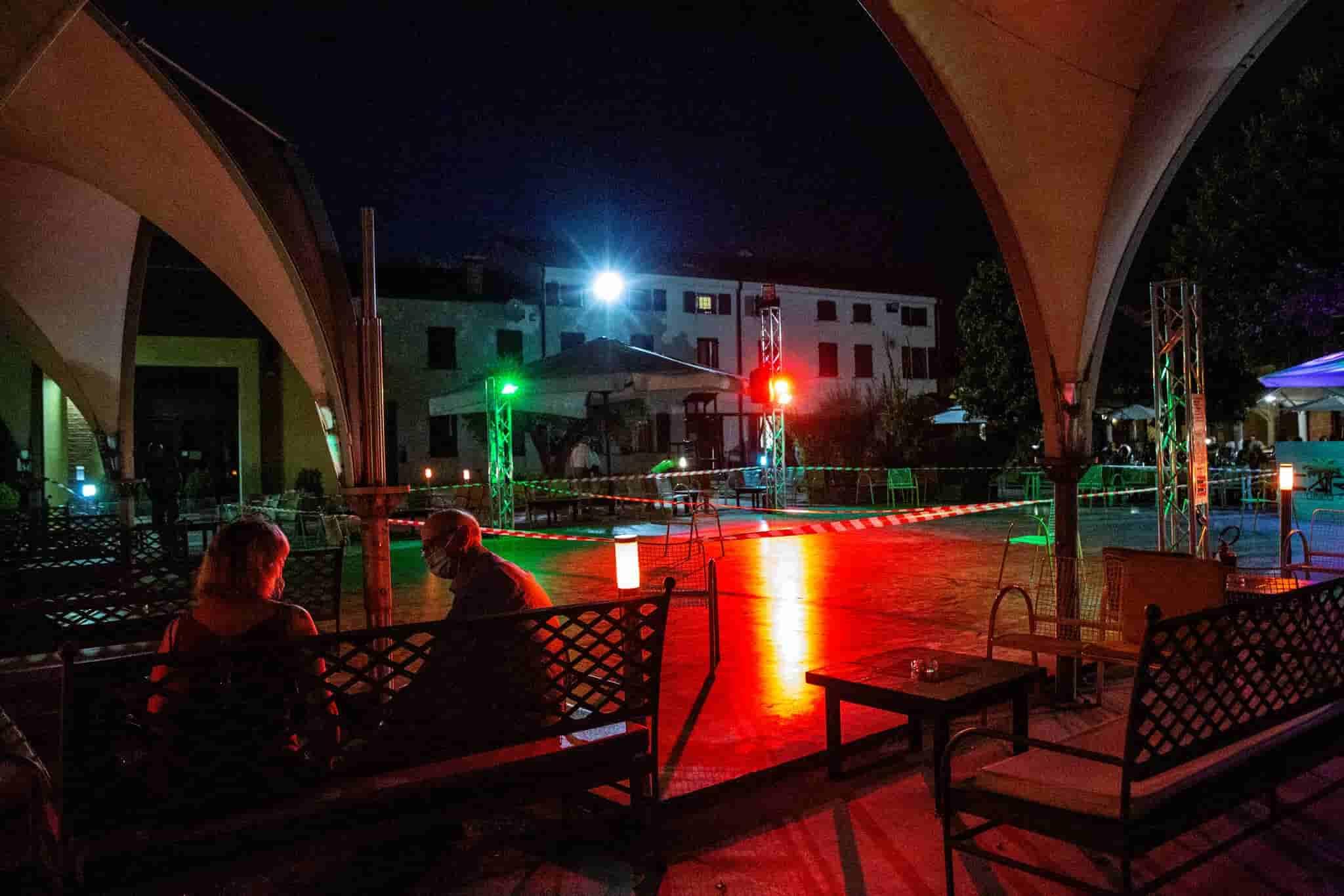 Prohibido bailar en Italia: ¨Tuvieron que dejar de bailar porque esos jóvenes se amontonaban¨
