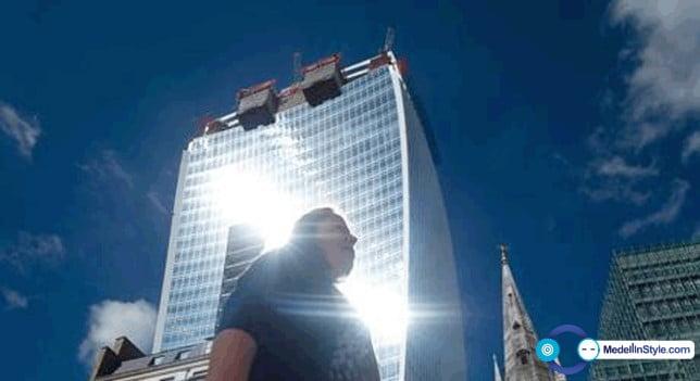 Un rascacielos derrite los carros como si fuera una Lupa en Londres