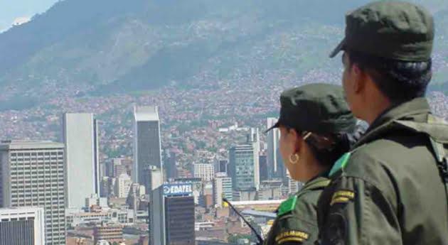 A piedra y bala reciben a policías en barrios de Medellín. Foto: Policía Nacional.