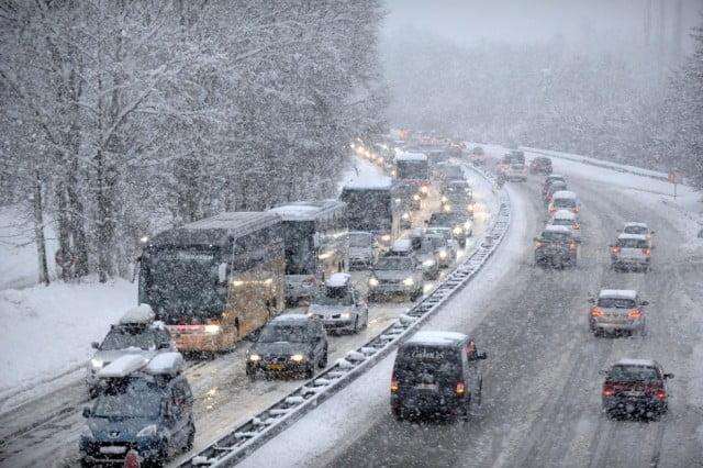 15.000 carros se atascan en Los Alpes Franceses por Nieve Pesada