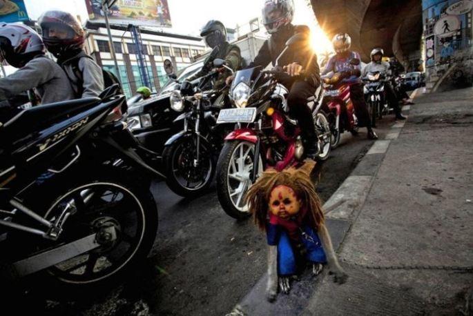 Creepy Indonesian street monkeys 6 PERTURBADORES MONOS ENMASCARADOS MENDIGAN EN INDONESIAsin categoria