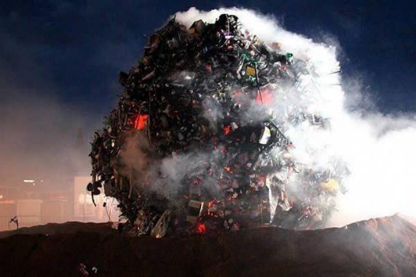 Meteorito de 35 toneladas de basura cae en Ginebra para denunciar suciedad