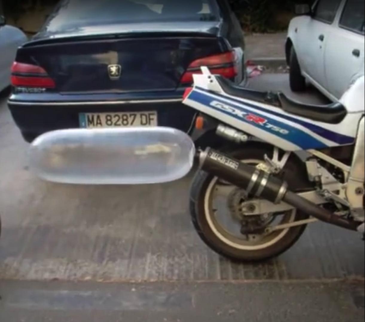 EXPERIMENTO: Moto infla condón para demostrar su resistencia.