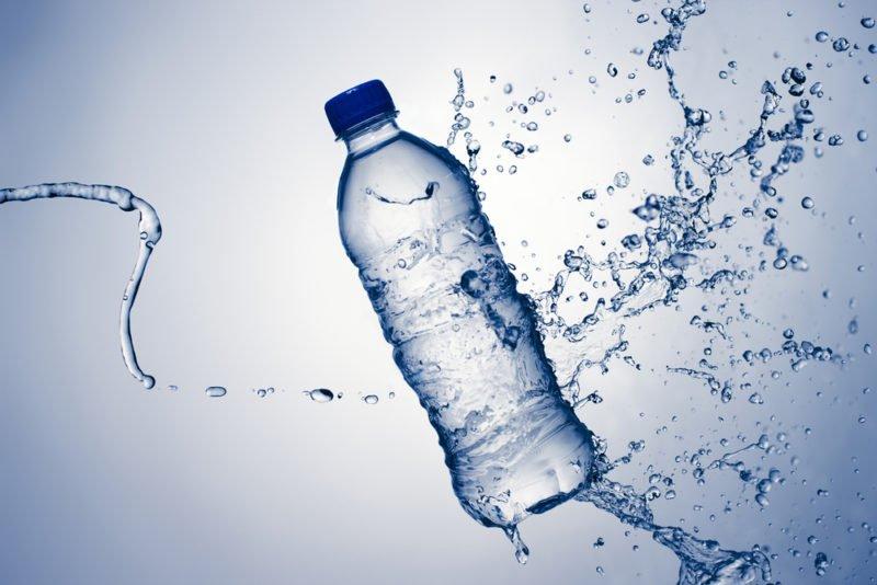 El agua que tomamos tiene residuos de plástico y medicamentos