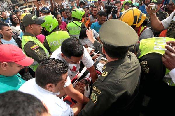 Video: Policia y grupo de personas salvan a hombre que se intentó suicidar en Medellín
