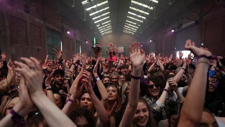 En Inglaterra quieren que los clubes nocturnos y grandes eventos soliciten pases Covid