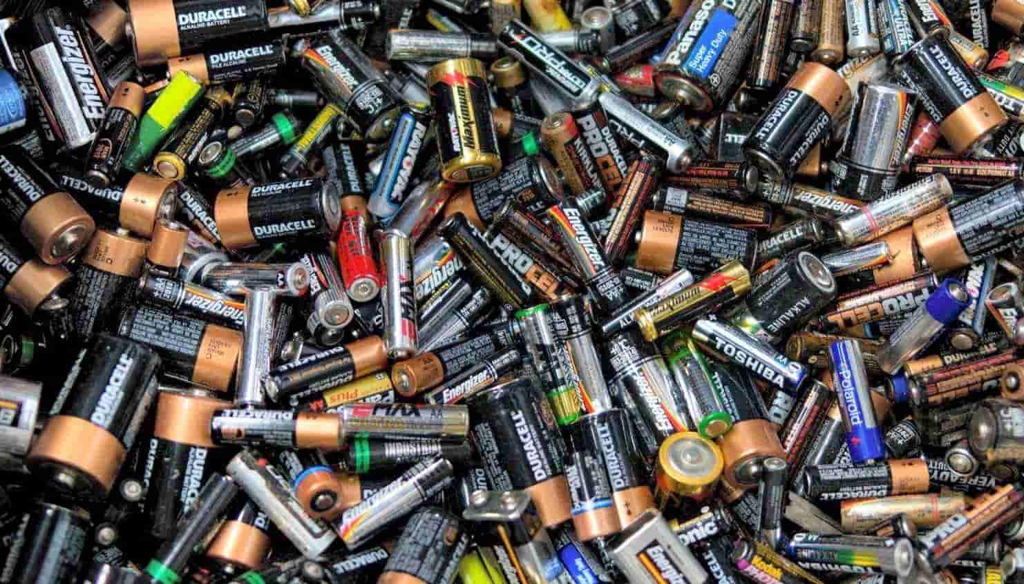 Inventaron una pila de papel biodegradable, la batería del futuro.