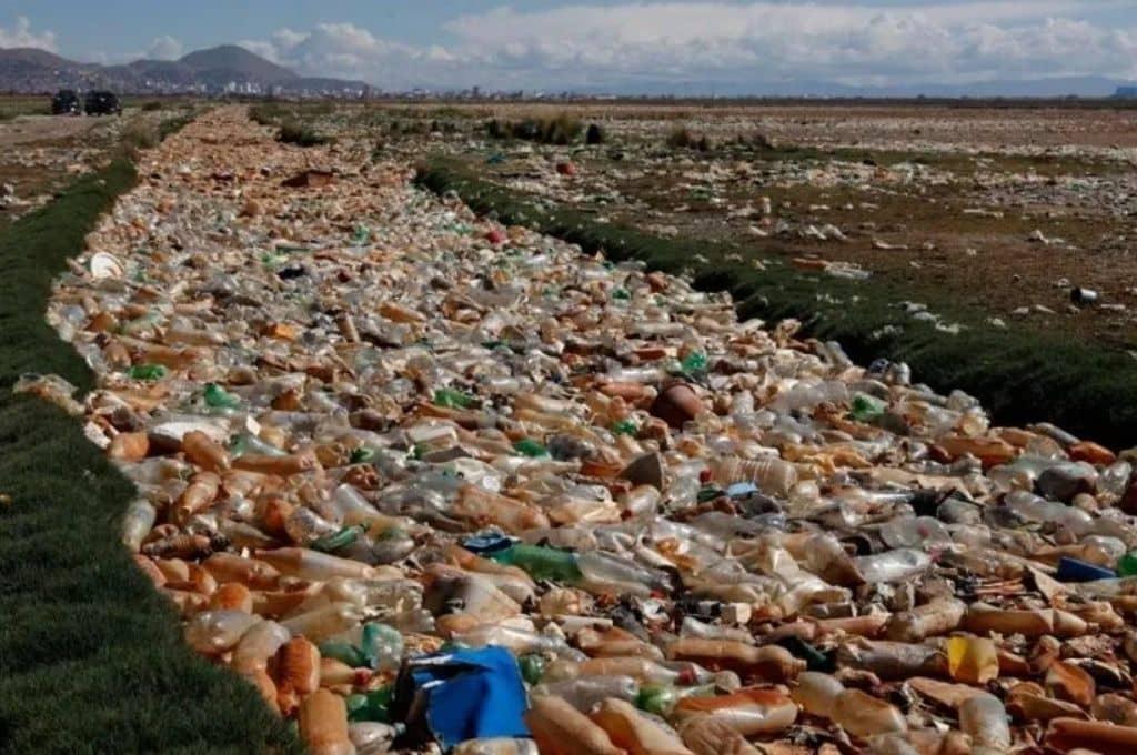Uru Uru: El lago boliviano lleno de plásticos y desechos