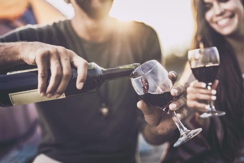 Estudio: No importa en qué cantidad, el alcohol genera daños al cerebro