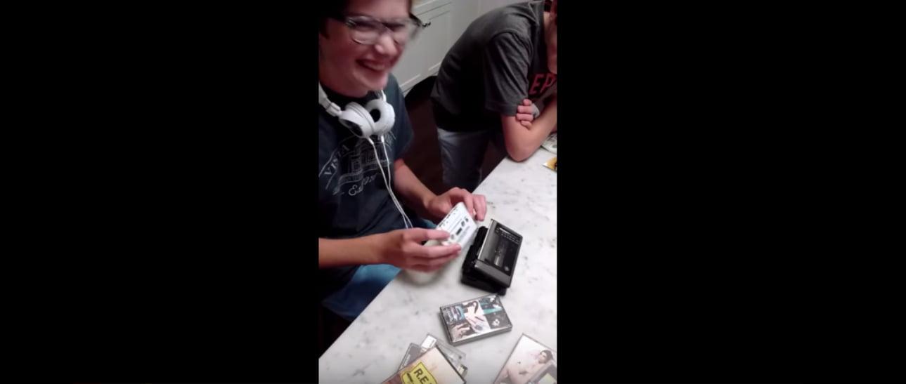 Futuros Artificiales: Niños no saben manejar un Walkman de Cassete